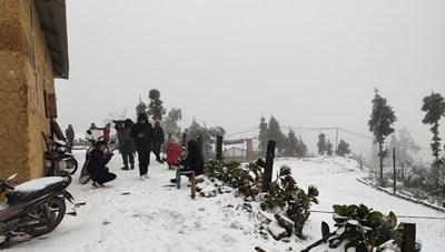 [ẢNH] Tuyết rơi dày đặc ở Y Tý, cảnh vật phủ màu trắng xóa như trời Âu