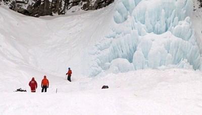 Thác nước đóng băng bất ngờ đổ sập vùi khách du lịch mắc kẹt