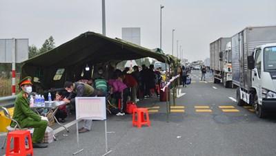 [ẢNH] Hàng nghìn người dân xếp hàng trên cao tốc khai báo y tế để vào Quảng Ninh
