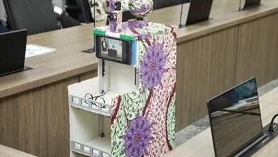 Robot đo nhiệt độ, phát thuốc cho bệnh nhân Covid-19