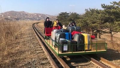 Nhà ngoại giao Nga ở Triều Tiên hồi hương bằng chiếc xe 'có một không hai'