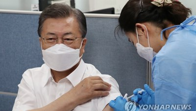 Tổng thống Hàn Quốc tiêm vaccine ngừa Covid-19 của AstraZeneca
