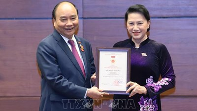 Trao Kỷ niệm chương tặng các đại biểu Quốc hội khóa XIV