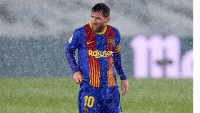 Messi run cầm cập, đứng giữa mưa lạnh ở trận Siêu kinh điển