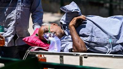 [ẢNH] Tử thần cận kề, nhiều bệnh nhân Covid-19 Ấn Độ khắc khoải chờ bình oxy và máy thở