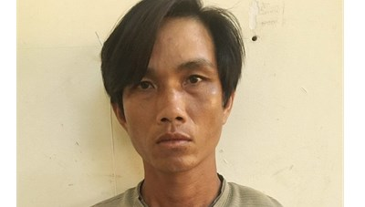 Gã cha dượng dùng dao bạo hành con trai riêng của vợ