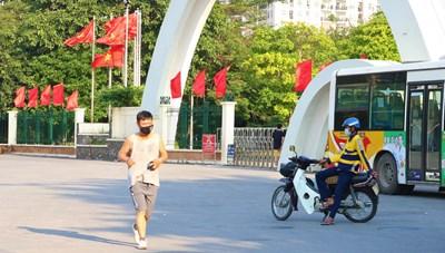 Hà Nội: Công viên đóng cửa, người dân đeo khẩu trang tập thể dục bên ngoài