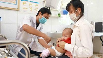 Tiêm vaccine đủ mũi, đúng lịch cho trẻ để phòng bệnh bạch hầu