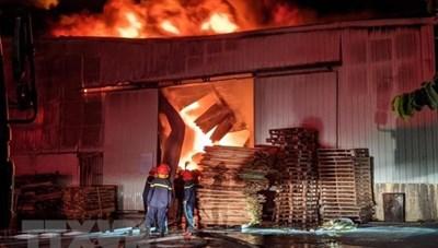 Đám cháy lớn thiêu rụi hàng nghìn m2 nhà xưởng nội thất