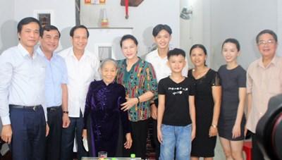 Chủ tịch Quốc hội Nguyễn Thị Kim Ngân thăm, tặng quà các gia đình chính sách ở Quảng Nam