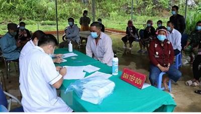 Tiêm vaccine cho người dân khu vực biên giới