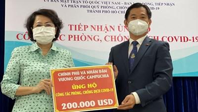 [BẢN TIN MẶT TRẬN] Tổng Lãnh sự Campuchia tại TP Hồ Chí Minh trao 200.000 USD ủng hộ Quỹ Phòng, chống dịch Covid-19