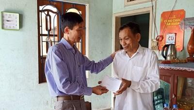 Quảng Ngãi: Sơn Tịnh tặng 300 suất quà cho các gia đình chính sách