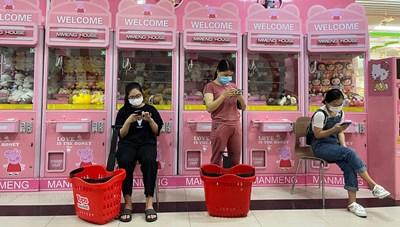 Ngày giãn cách thứ hai: Người Hà Nội xếp hàng vào siêu thị 'gom' đồ