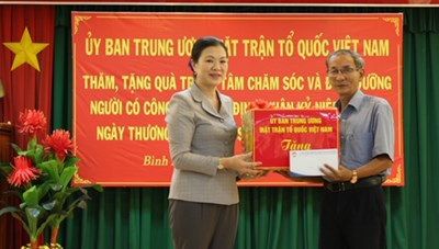 Phó Chủ tịch Trương Thị Ngọc Ánh thăm, tặng quà người có công tỉnh Bình Định