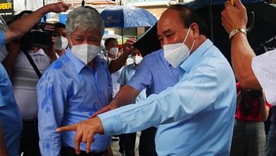 Chủ tịch nước và Chủ tịch UBTƯ MTTQ Việt Nam thăm người dân tại khu phong tỏa ở TP HCM