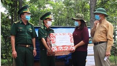 Đắk Lắk: Tặng quà lực lượng biên phòng làm nhiệm vụ phòng, chống dịch