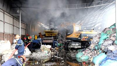 Quảng Ninh: Cháy dữ dội tại kho chứa rác công nghiệp