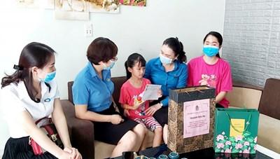 Quảng Ninh: Tặng 109 suất quà Trung thu cho con của nhân viên y tế đang chống dịch