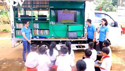 Xe Thư viện lưu động đưa 'Ánh sáng tri thức' về buôn làng Đắk Lắk