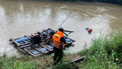 3 cha con bị nước cuốn trôi khi đi qua cầu tràn