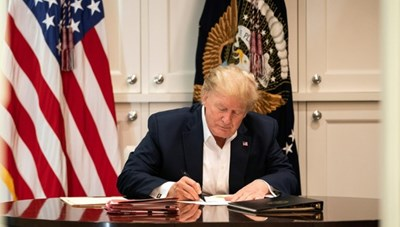 Nhà Trắng công bố hình ảnh Tổng thống Trump làm việc trong bệnh viện