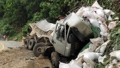 Ô tô tải mất lái trên đường Hồ Chí Minh, tài xế tử vong trong cabin