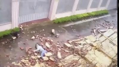 [VIDEO] Khoảnh khắc gió mạnh thổi bức tường đổ đè cô gái bất tỉnh