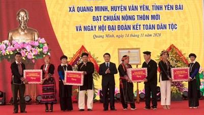Phó Chủ tịch – Tổng Thư ký Hầu A Lềnh tặng quà đồng bào đất quế