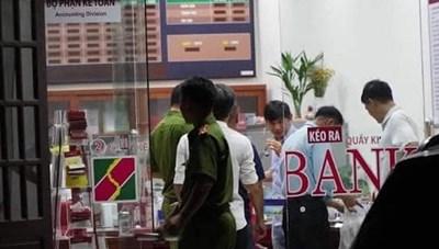 [VIDEO] Tên cướp nhảy qua vách kính cướp ngân hàng ở Đồng Nai