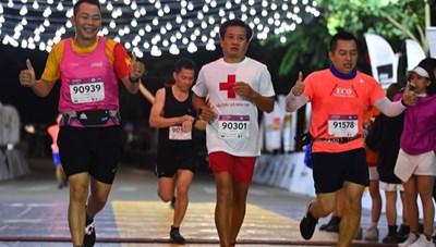 Ông Đoàn Ngọc Hải tiếp tục chinh phục giải chạy 42 km ở Hà Nội