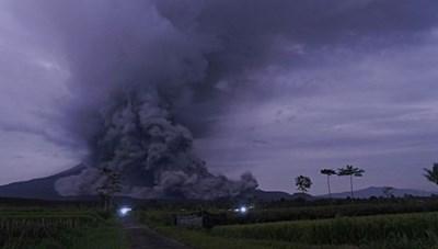 Indonesia: Núi lửa Semeru phun dung nham, hàng trăm người sơ tán