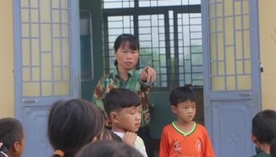 Cô giáo đầu tiên đến dạy tại 'cụm dân cư 8 không' Đắk R'Măng