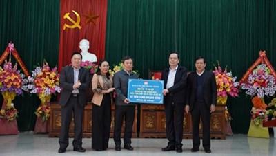 [VIDEO] Chủ tịch Trần Thanh Mẫn thăm, tặng quà bà con vùng lũ Quảng Trị, Quảng Bình