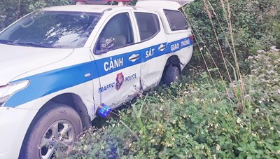 Tài xế 'ma men' húc văng xe CSGT xuống vệ đường