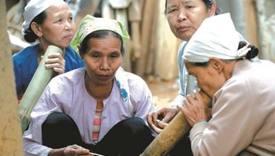 [ẢNH] Phiên chợ của những phụ nữ nghiện thuốc lào