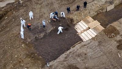 Những hố chôn tập thể nạn nhân tử vong vì dịch Covid-19 ở Mỹ