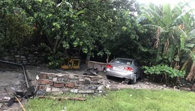 Đà Nẵng: Ô tô đâm sập miếu thờ, làm trọng thương người đi đường