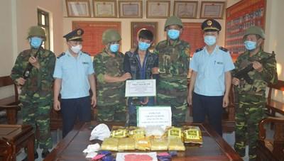 Hà Tĩnh: Bắt 9X chở 5 kg ma túy đá, 30 nghìn viên hồng phiến bằng xe máy