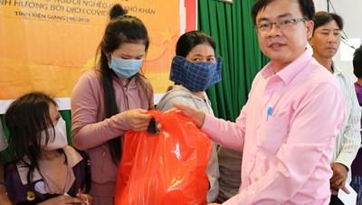 BẢN TIN MẶT TRẬN: Kiên Giang quà hỗ trợ bà con xã đảo gặp khó khăn dịch Covid-19