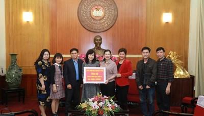 BẢN TIN MẶT TRẬN: Phó Chủ tịch Trương Thị Ngọc Ánh tiếp nhận ủng hộ phòng chống dịch Covid-19