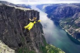 [VIDEO] Nhảy dù mạo hiểm đùa giỡn với tử thần ở độ cao 148 m