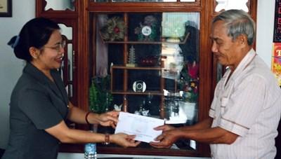 Mặt trận Bình Định thăm và tặng quà các gia đình chính sách tiêu biểu nhân kỷ niệm 45 năm giải phóng tỉnh
