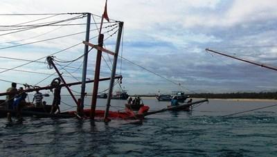 Quảng Ngãi: Cứu được 3 ngư dân trên tàu cá gặp nạn ở vùng biển Lý Sơn