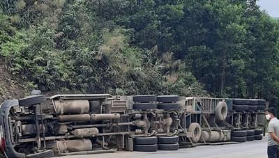 Lật xe container trên đường lên cửa khẩu Cha Lo, tài xế mắc kẹt trong cabin