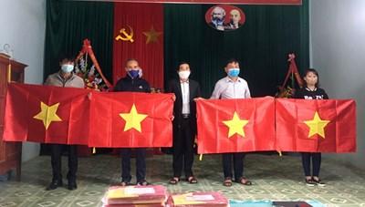 Quảng Bình: Trao tặng 200 lá cờ Tổ quốc cho các gia đình giáo dân