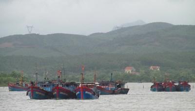 Tìm kiếm tàu cá Quảng Bình gặp nạn trên biển