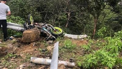 Ô tô va chạm xe máy cùng lao xuống vực, 4 người tử vong