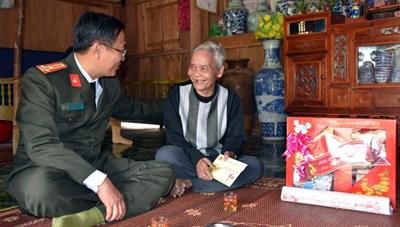 Công an tỉnh Quảng Nam thăm, tặng quà Tết các già làng, người có uy ở vùng biên giới