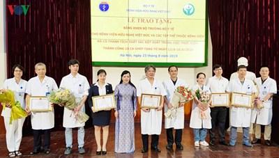 Bộ trưởng Bộ Y tế tặng bằng khen các tập thể thực hiện 15 ca ghép tạng